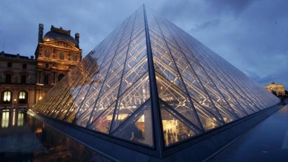 pirámide de cristal del Louvre